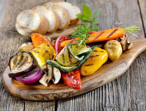 Ernährung Schlaftipp Brett gegrilltes Gemüse
